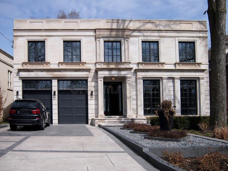 Grandi casa e strada privata moderne fotografie stock