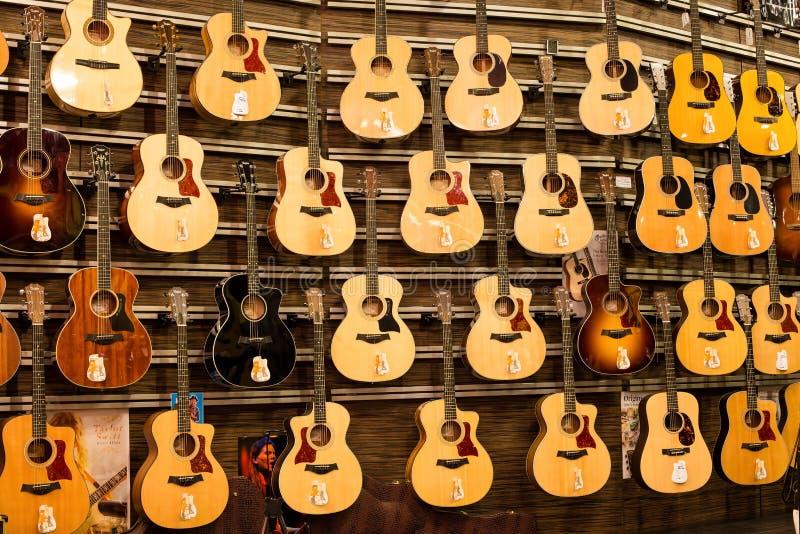 Grandi chitarre dell'assortimento a Siam Paragon Mall a Bangkok, Tailandia. fotografie stock