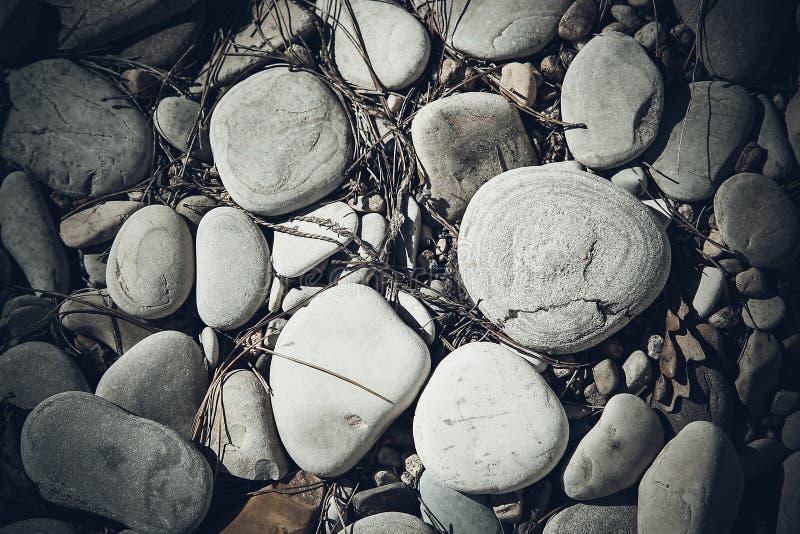 Grandi ciottoli del mare con le piccole particelle di sporcizia sulla superficie Struttura immagine stock libera da diritti