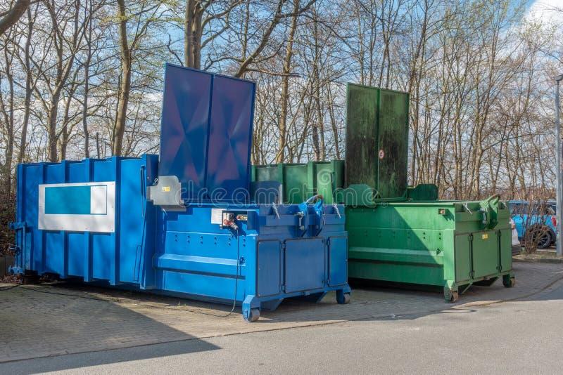 2 grandi compattatori di rifiuti che stanno su un sito dell'ospedale fotografia stock libera da diritti