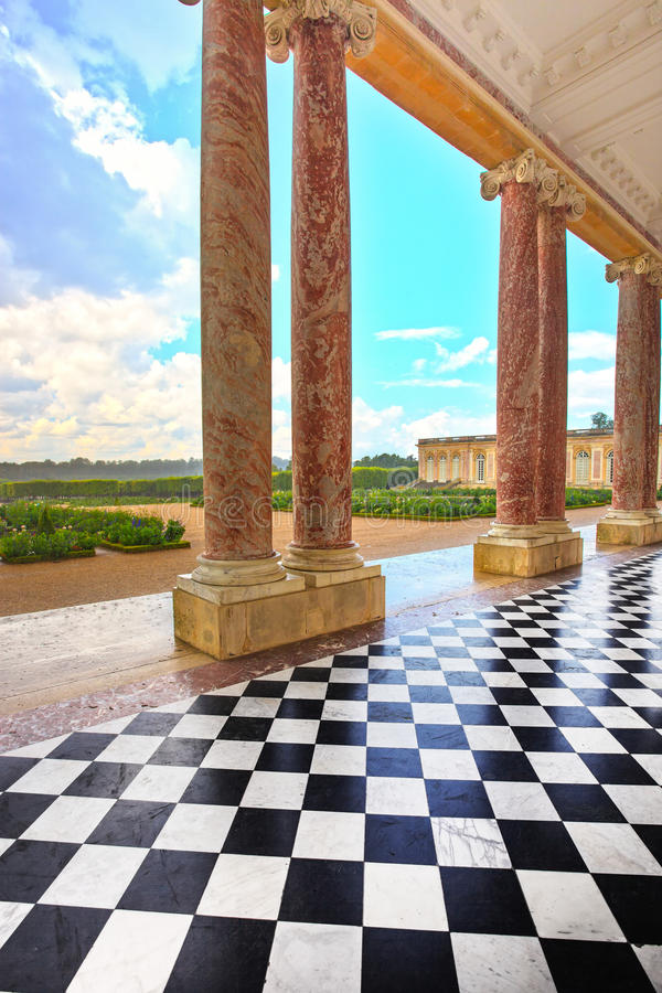 Grandi cortile di Trianon e colonne e giardino in palazzo di Vers immagini stock