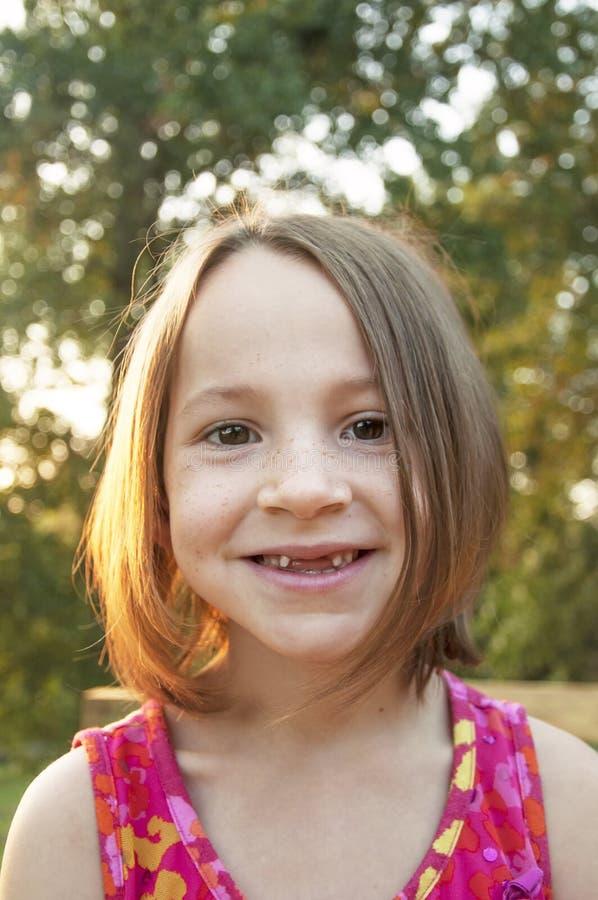 Grandi denti della ragazza che vengono presto! immagini stock libere da diritti