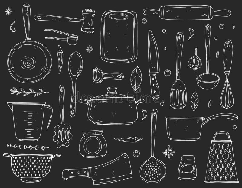 Grandi elementi stabiliti con articolo da cucina disegnato a mano su un fondo della lavagna illustrazione di stock
