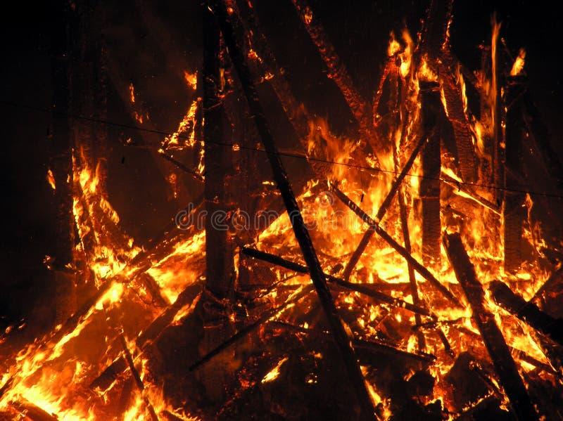 Grandi fiamme sul quadrato fotografia stock