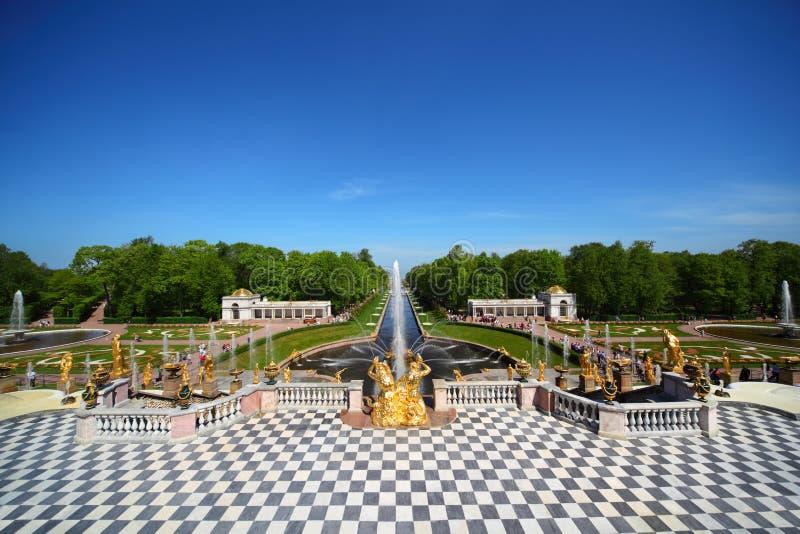 Grandi fontane della cascata al giardino del palazzo di for Cascata giardino