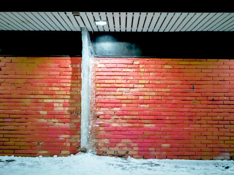 Grandi ghiaccioli che appendono sul tetto fotografia stock libera da diritti