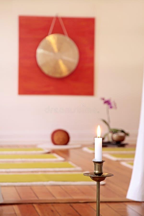 Grandi gong, candela ed orchidea immagini stock