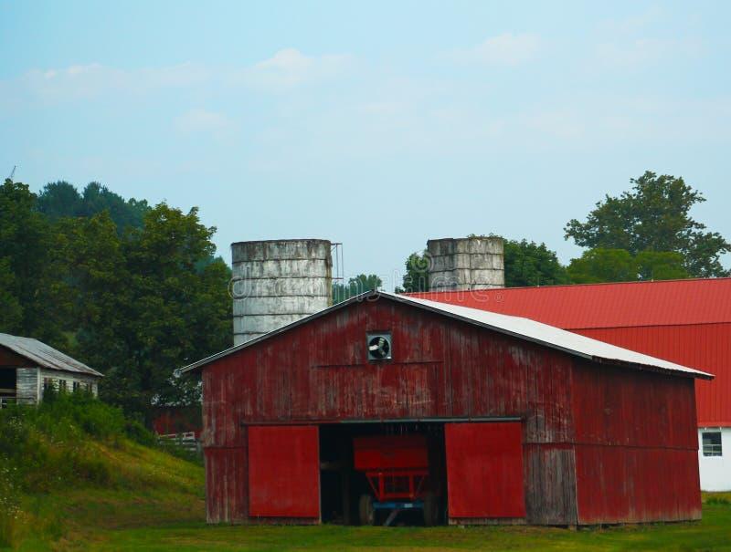 Grandi granaio e trattore rossi immagini stock