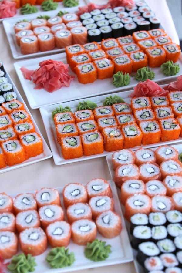 Grandi insiemi dei sushi immagine stock libera da diritti