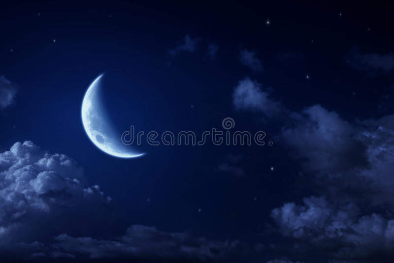 Grandi luna e stelle in un cielo blu nuvoloso di notte fotografia stock libera da diritti