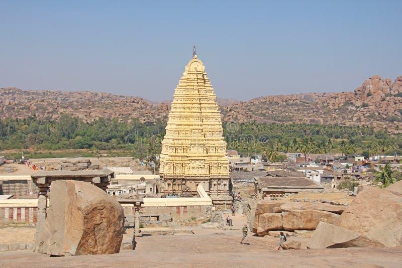 Grandi grandi massi delle pietre in Hampi Collina e Virupaksh di Hemakuta fotografia stock