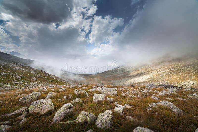 Grandi massi in nebbia immagini stock