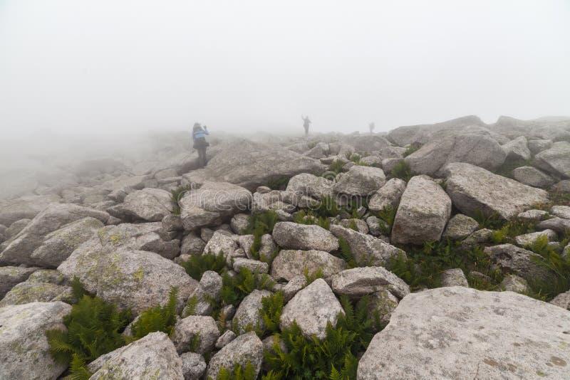 Grandi massi in nebbia fotografia stock libera da diritti