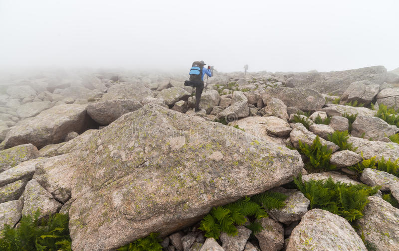 Grandi massi in nebbia fotografia stock