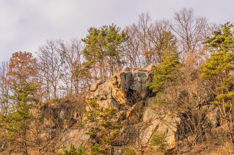 Grandi massi sulla cima di una montagna fotografia stock