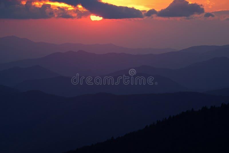 Grandi montagne fumose di tramonto immagine stock