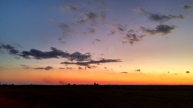 Grandi nuvole e paesaggio di tramonto di orizzonte fotografia stock libera da diritti