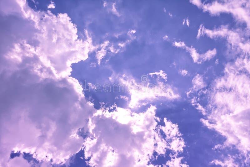Grandi nuvole gonfie bianche e nere nel cielo di tramonto che riflette i colori multipli fotografie stock
