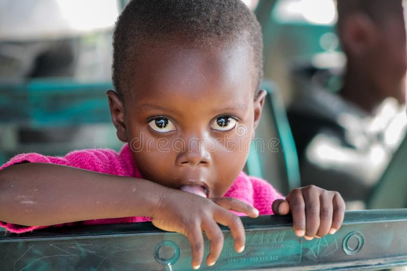 Grandi occhi del ritratto africano del piccolo bambino che considerano macchina fotografica fotografie stock