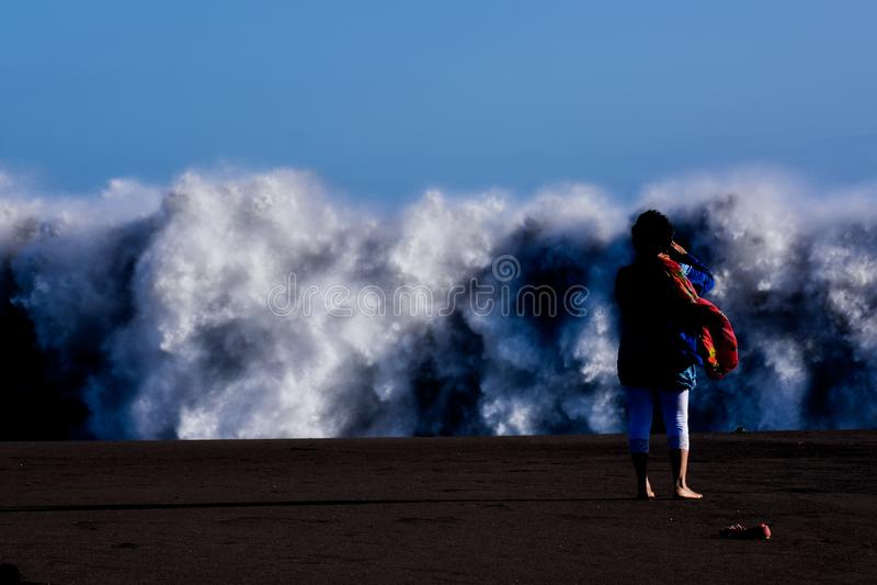 Grandi onde che si rompono sulla costa fotografia stock