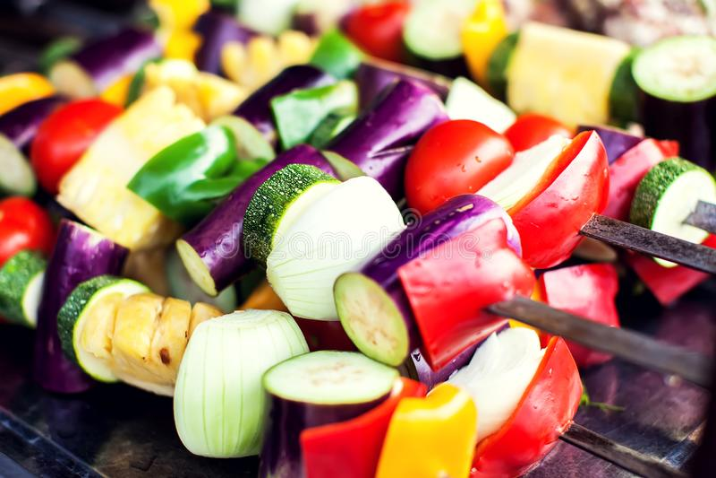 Grandi pezzi di verdure arrostite differenti, primo piano immagini stock libere da diritti