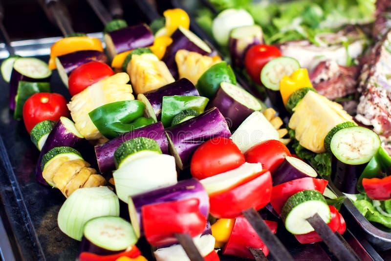 Grandi pezzi di verdure arrostite differenti, primo piano fotografia stock libera da diritti