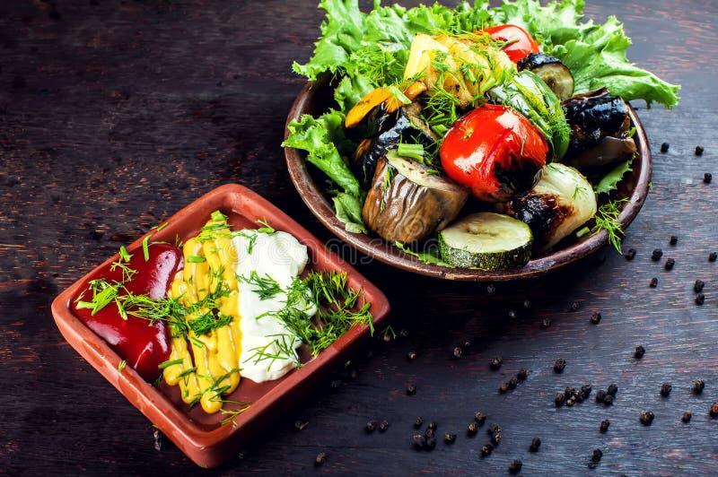Grandi pezzi di verdure arrostite differenti, primo piano fotografia stock
