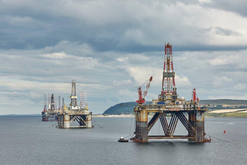 Grandi piattaforme di perforazione dell'impianto di perforazione del petrolio marino fuori dalla linea costiera vicino a Invergor fotografia stock