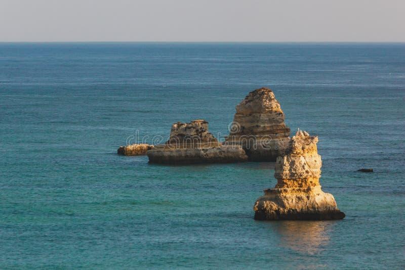 Grandi, pietre giganti, rocce, massi, a Praia D Ana, Lagos, porto fotografia stock libera da diritti