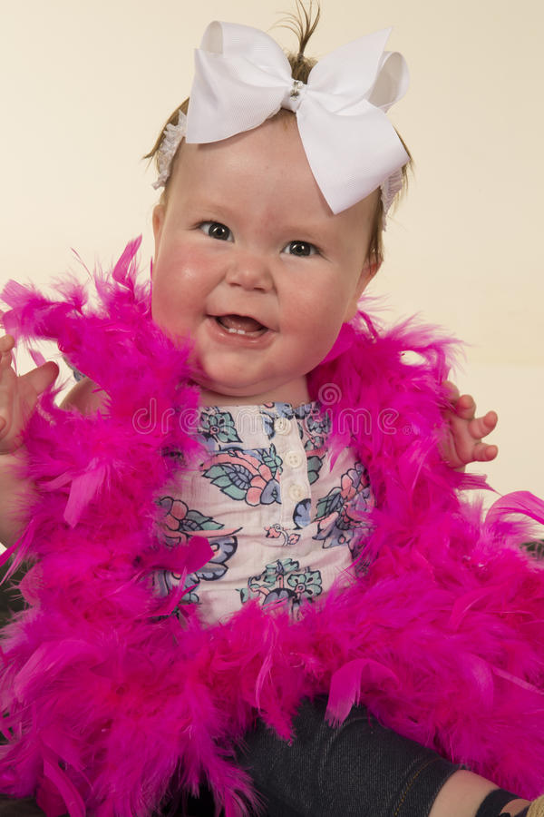 Grandi piume di rosa di sorriso del bambino immagine stock libera da diritti