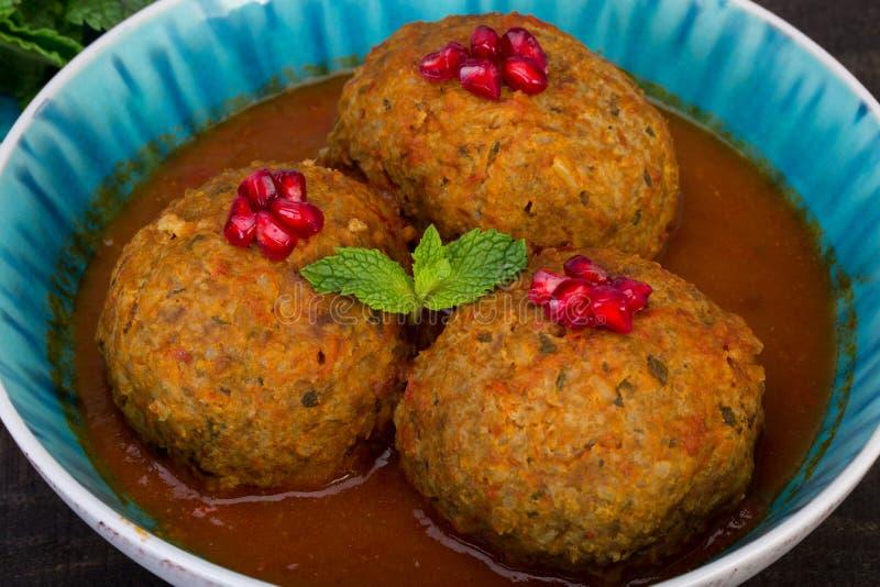 Grandi polpette di Koofteh Tabrizi farcite con i frutti secchi, Berri fotografie stock libere da diritti