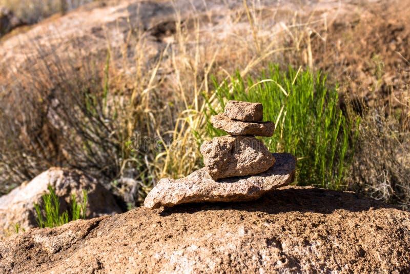 Grandi rocce e un indicatore della traccia alla città del parco di stato delle rocce fotografia stock
