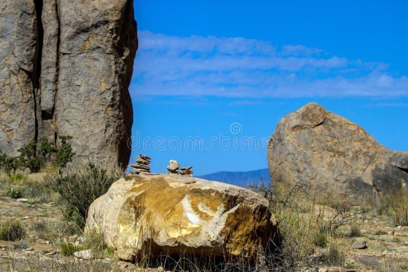 Grandi rocce ed indicatori della traccia alla città del parco di stato delle rocce immagine stock