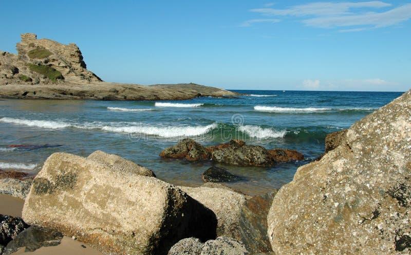 Grandi rocce sulla spiaggia fotografia stock