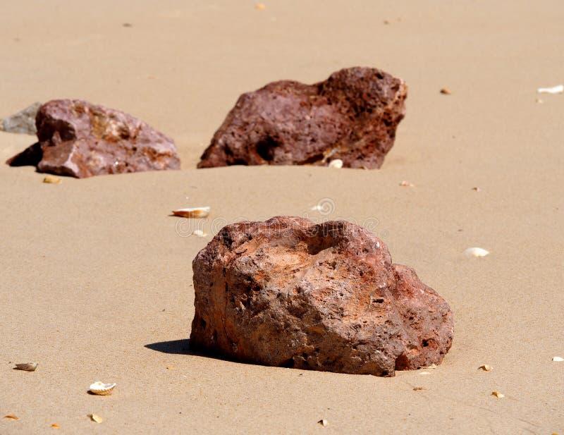 Grandi rocce sulla spiaggia su Ilha De Barreta Portogallo fotografia stock libera da diritti