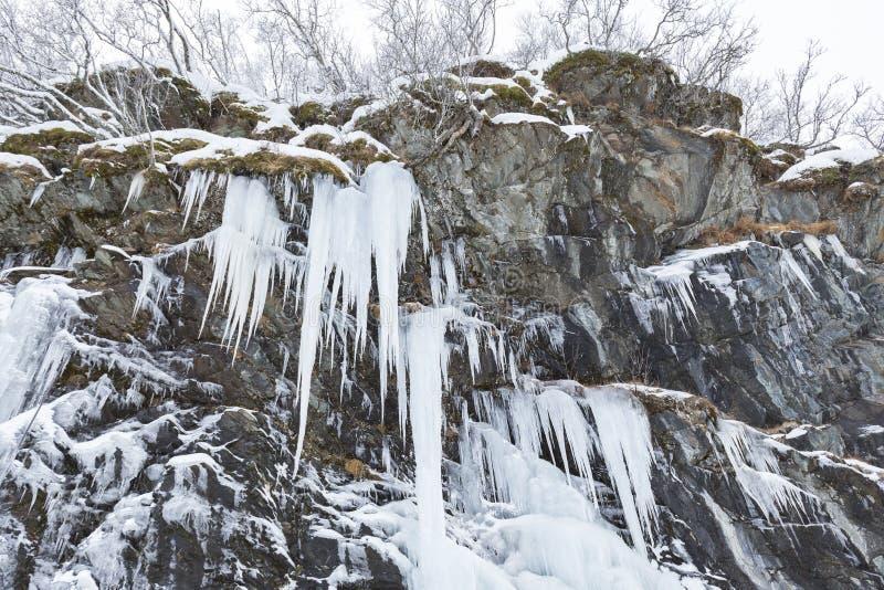 Grandi specchi pericolosi del ghiaccio vicino ad una strada nevosa fotografie stock