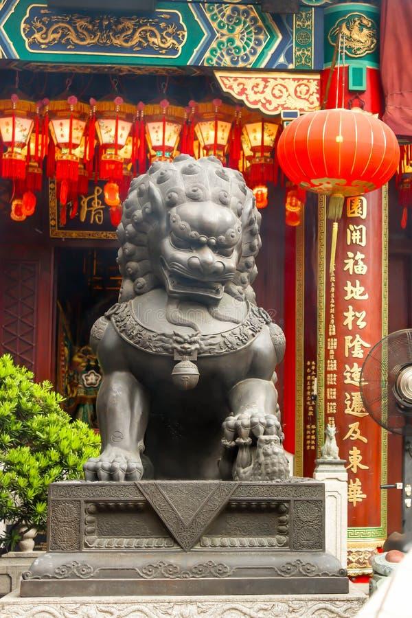 Grandi statue leggendarie grige del leone del primo piano in Wong Tai Sin Templ fotografia stock libera da diritti