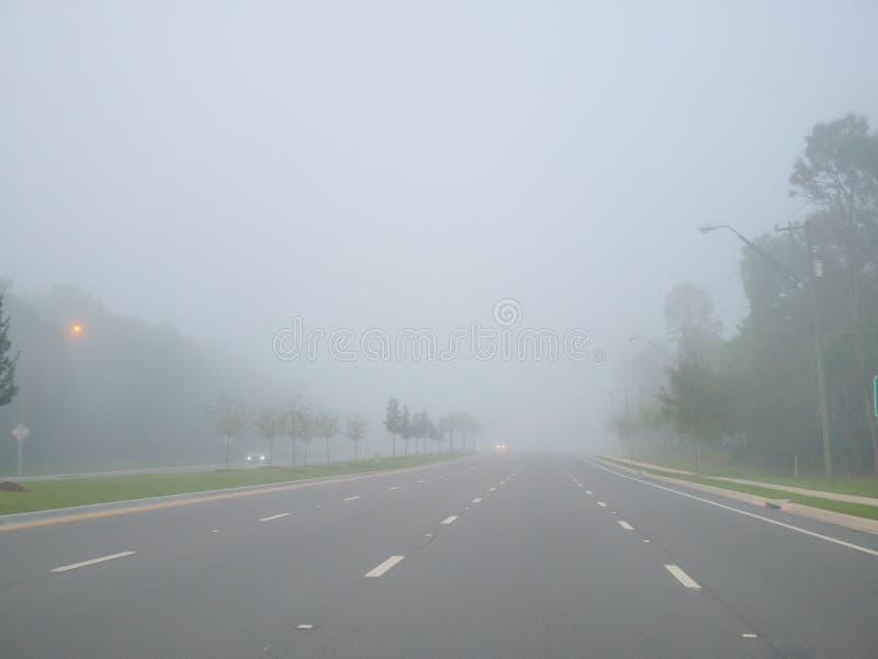 Grandi strada e nebbia di mattina fotografie stock