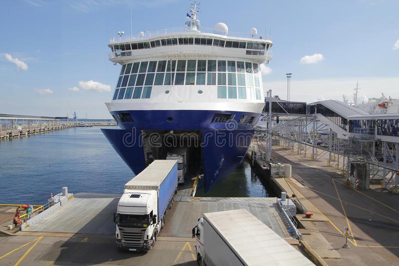 Grandi traghetto e camion, per trasporto fotografia stock libera da diritti