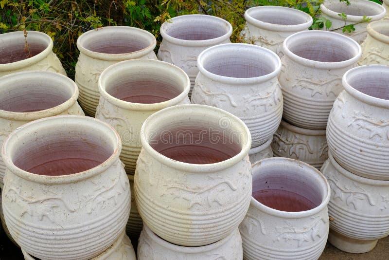 Vasi Da Giardino In Terracotta.Giardino Con I Vasi Di Terracotta Nell Esposizione Immagine