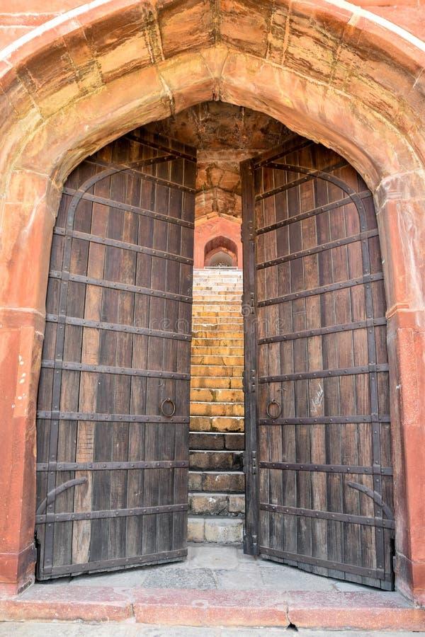 Grandi vecchie porte di legno del portone fotografia stock