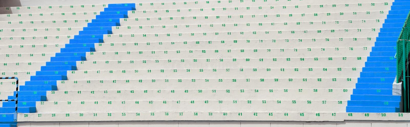 Grandins numérotés avec des sièges dans le stade de football photographie stock