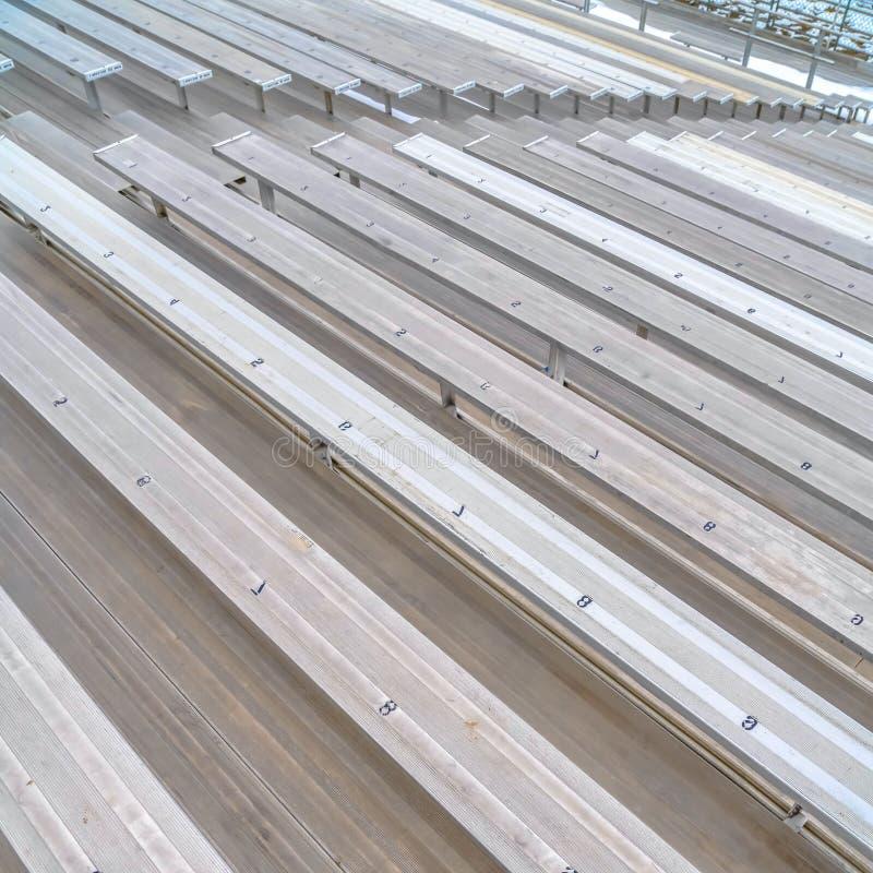 Grandins simples de place claire à un champ de sports avec des nombres d'allocation des places sur la surface photo stock