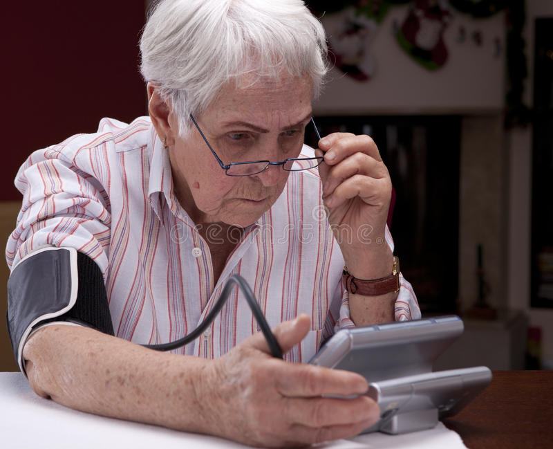 grandma αίματος μετρώντας το tonometer πί& στοκ εικόνες