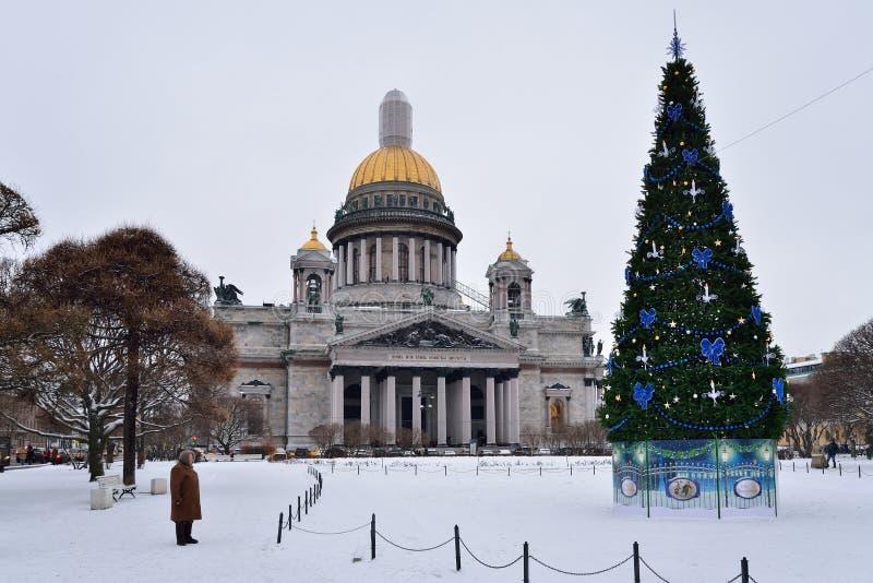 Grandma για τον καθεδρικό ναό του ST Isaac και χριστουγεννιάτικο δέντρο σε ένα clou στοκ εικόνες με δικαίωμα ελεύθερης χρήσης