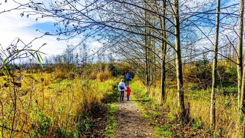 Grandma και εγγονή τα μονοπάτια για βάδισμα των υγρότοπων κολπίσκου της Silverdale κοντά στη Βρετανική Κολομβία αποστολής, Καναδά στοκ εικόνα με δικαίωμα ελεύθερης χρήσης