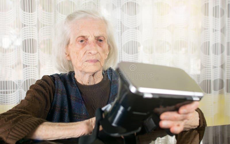 Grandma που προσπαθεί να χρησιμοποιήσει τα προστατευτικά δίοπτρα VR στοκ εικόνες με δικαίωμα ελεύθερης χρήσης