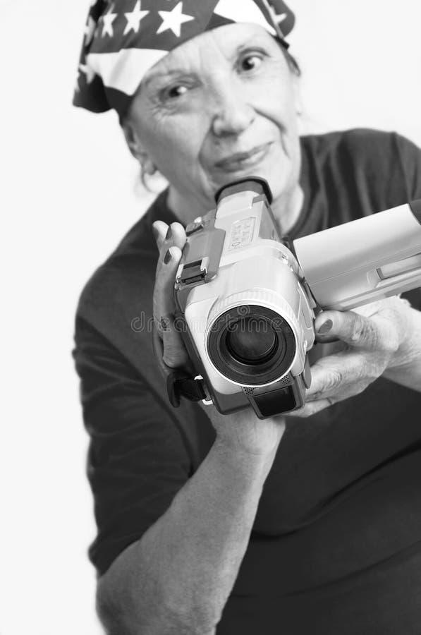 Grandmama actif avec l'appareil photo numérique photographie stock libre de droits