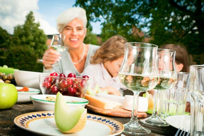 Grandmom和他们的孙有一顿野餐 库存照片