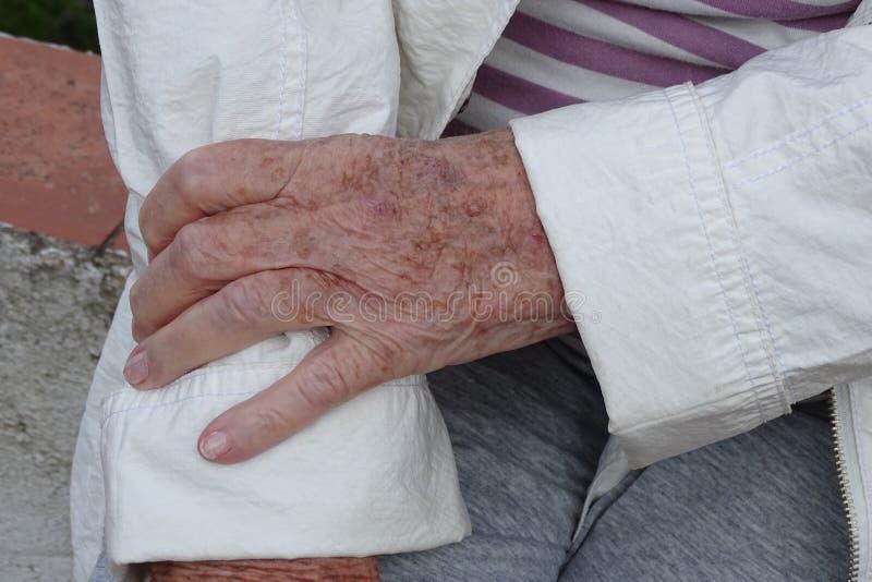 Grandmother& x27; руки s подробно, старшая кожа стоковое фото